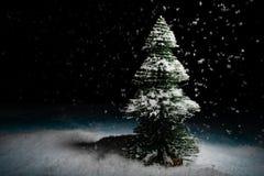 Benadrukte scène van een Kerstmisboom met sneeuw royalty-vrije stock fotografie