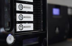 Benadrukte serverrekken in gegevenscentrum Stock Foto's