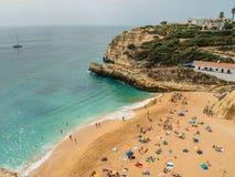 Benagil,葡萄牙- 2017年10月13日:峭壁和沙子海滩在Benagil附近 免版税库存照片