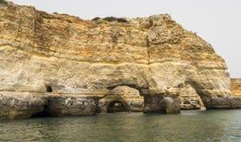Benagil strandgrottor, Algarve, Portugal Arkivfoto
