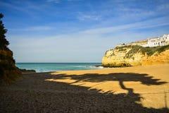 Benagil, villaggio dell'Algarve portoghese immagini stock