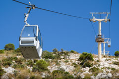 BENALMADENA, ANDALUCIA/SPAIN - 7 DE JULIO: Teleférico para montar Calam fotografía de archivo libre de regalías