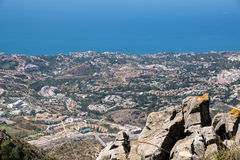BENALMADENA, ANDALUCIA/SPAIN - 7. JULI: Ansicht vom Berg Calamorr lizenzfreies stockbild