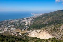 BENALMADENA, ANDALUCIA/SPAIN - LIPIEC 7: Widok od góry Calamorr zdjęcie royalty free