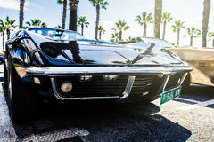 Benalmadena, España - 21 de junio de 2015: Un Chevrolet Corvette negro C3, vista delantera, Benalmadena parqueado, España, el 21  Fotografía de archivo