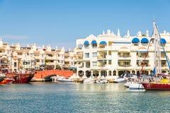 BENALMADENA, ESPAÑA - 10 de mayo de 2018 barcos y apartamentos de lujo i fotos de archivo libres de regalías