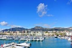 BENALMADENA, ESPANHA - 13 DE FEVEREIRO DE 2014: Porto do porto de Benalmadena, uma vista aos cais com iate, mar Mediterrâneo Imagem de Stock Royalty Free