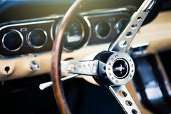 Benalmadena Hiszpania, Czerwiec, - 21, 2015: Inside widok klasyczny Ford mustang Zdjęcie Stock