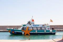 BENALMADENA HISZPANIA, MARZEC, - 5, 2016: Turystyczny łódkowaty wchodzić do Puerto Marina schronienie, w Benalmadena (Hiszpania) fotografia stock