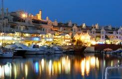 Benalmadena marina przy nocą obrazy stock
