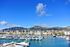 BENALMADENA, SPANIEN - 13. FEBRUAR 2014: Benalmadena-Jachthafenhafen, eine Ansicht zu den Piers mit Yachten, Mittelmeer Lizenzfreies Stockbild