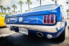 Benalmadena Spanien - Juni 21, 2015: Den tillbaka sikten av klassiska Ford Mustang i blått färgar arkivbild