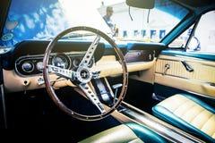 Benalmadena Spanien - Juni 21, 2015: Inre sikt av klassiska Ford Mustang, i Benalmadena (Spanien) fotografering för bildbyråer