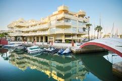 BENALMADENA, SPANJE - APRIL 29: Toneelmening van de woonwijk in Jachthavenhaven bij schemer, in Benalmadena, Malaga, Spanje Royalty-vrije Stock Afbeeldingen