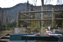 Benamahoma,西班牙,白色村庄城市,镇在格拉萨莱马国立公园,杉木森林,安大路西亚用增白剂擦 库存图片