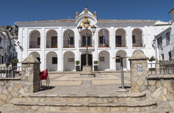 Benaocaz stadshus, toppig bergskedja de Cadiz fotografering för bildbyråer