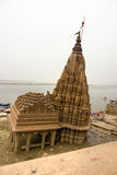 benares χαλασμένος ναός Varanasi του Γάγκη στοκ εικόνες