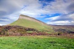 Benbulben irländskt lantligt landskap Arkivbild