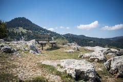 Bence con la visión asombrosa en el campo Montaña de Mainalo, GR Foto de archivo libre de regalías