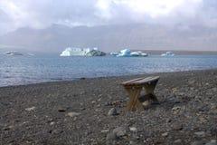 Bench ледниковым озером и icefloat Jokulsarlon на реке Стоковые Изображения