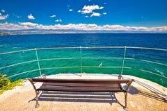 Bench морем на дорожке Lungomare в Opatija riviera стоковое фото rf