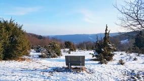 Bench на холме для наслаждаться красивым видом природы Стоковые Изображения RF