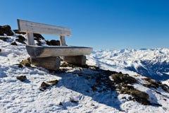 Bench alla parte superiore dell'iceberg nelle alpi Fotografie Stock