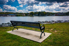 Bench along the shore of the North East River in North East, Mar Stock Photography