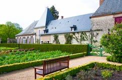 Bench dans un jardin au château de Cheverny, France photos libres de droits