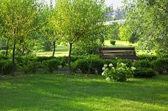 bench den fridsamma romantiker för parken Royaltyfria Bilder