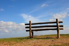 bench den tomma seende skyen till Arkivfoton