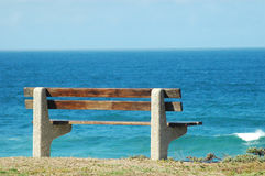 Bench durch das Meer Stockfoto