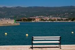 Bench e uma paisagem, ilha Krk, Croácia imagem de stock