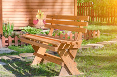 Bench en el callejón en el parque en un día soleado Imagen de archivo
