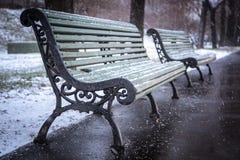 Bench en el invierno y la nieve que cae, foco suave Imágenes de archivo libres de regalías
