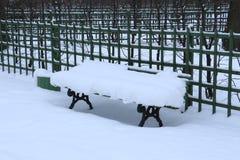 Bench en el parque, barrido por la nieve Imagenes de archivo