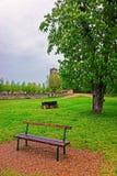 Bench en el patio de Vezelay en Borgoña Franche Comte en Francia Foto de archivo libre de regalías