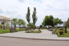 Bench en el pequeño parque cerca del mar Fotografía de archivo libre de regalías