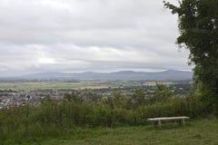 Bench la pequeña ciudad de desatención rodeada por el campo con el fondo montañoso, pueblo británico Abergele pintoresco Fotografía de archivo libre de regalías