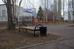 bench na cidade na primavera do grayness de Rússia e foto de stock royalty free