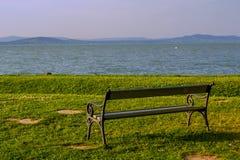 Bench na costa do balaton do lago imagem de stock
