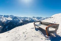 Bench nella stazione sciistica cattivo Gastein in montagne nevose dell'inverno, Austria, la terra Salisburgo Fotografie Stock Libere da Diritti
