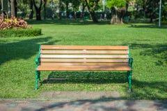 Bench no parque do jardim na grama verde Imagem de Stock