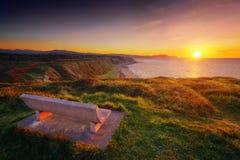 Bench no por do sol com vista da praia de Azkorri em Getxo Imagem de Stock