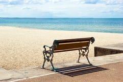Bench på stranden Arkivbild