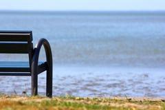 Bench para relajarse en la playa fotos de archivo