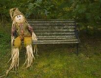 bench parkscarecrowen Arkivfoto