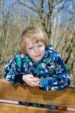 bench pojkesitting Arkivbilder