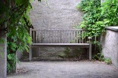 Bench por la pared, en un lugar reservado Imágenes de archivo libres de regalías