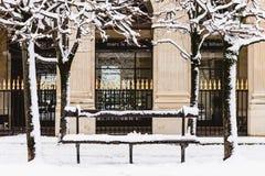Bench sob a neve em Paris, França Imagem de Stock Royalty Free
